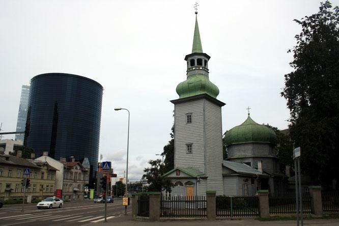 Historische Holzkirche und moderner Business Tower sind im modernen Tallin kein Widerspruch.