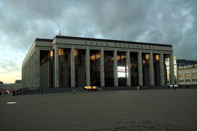Überfüllt ist der Oktoberplatz selten, im Stadtzentrum lässt sich das sowjetische Erbe erahnen