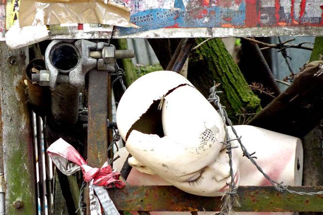Bild: Zerbrochene Schaufenster-Puppe