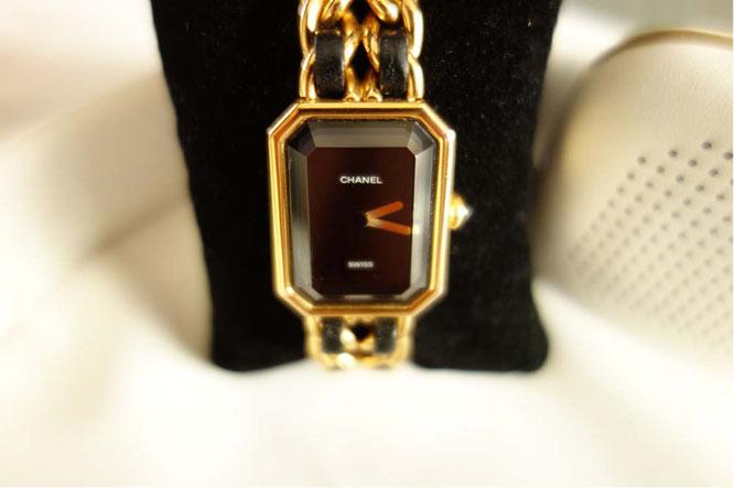 Bild: Chanel-Uhr gold mit schwarzem Lederarmband