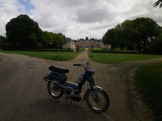 Mon 104 devant le château de Mr Louis De funès. Si on m'avait dit qu'un jour je traverserais l'allée de son château en mob, je ne l'aurais jamais cru...