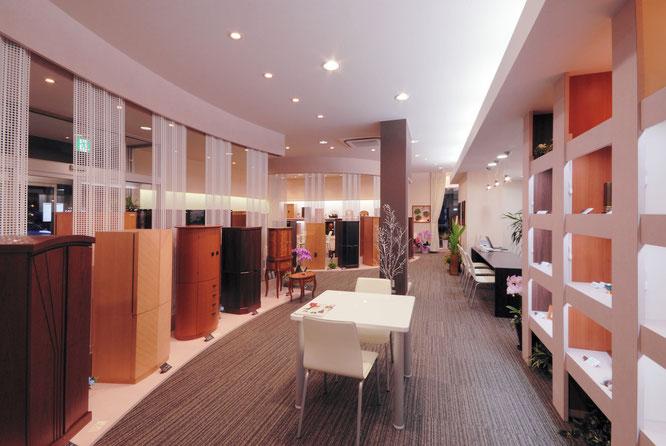 店内は家具調仏壇がたくさん見ることができます