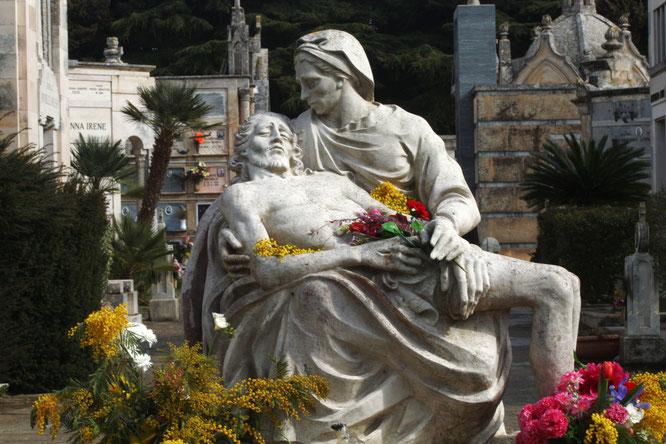"""Die Pietà (italienisch für """"Frömmigkeit, Mitleid"""")  ist die Darstellung Marias als Mater Dolorosa (Schmerzensmutter) mit dem Leichnam des vom Kreuz genommenen Christus. Im Gegensatz zur Beweinung Christi liegt der Leichnam Jesu immer in Marias Schoß."""