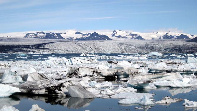 Lagune mit Gletscher Vatnajöküll im Hintergrund