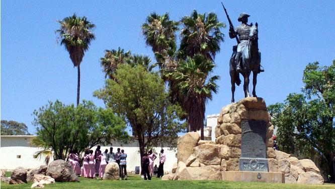 Hochzeitsgesellschaft unter dem Reiterdenkmal