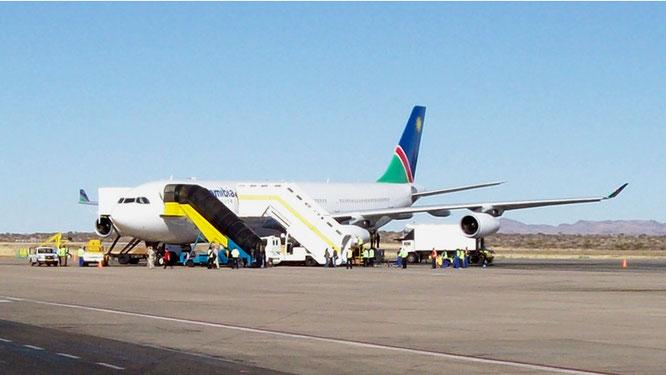 Unser Flugzeig auf dem Rollfeld des Flughafen bei Windhoek