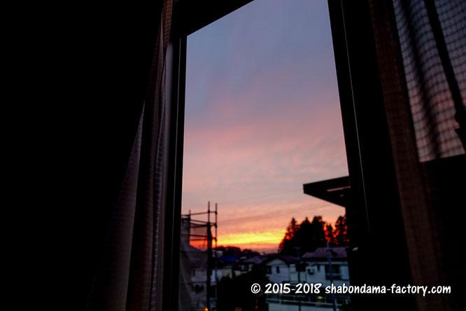 窓から夕焼けを眺めることしかできない