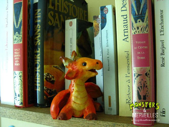 Petit dragon découvre son nouvel environnement