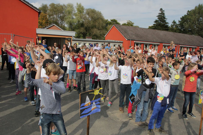 Mit einem schwungvollen Tanz startete das großen Fest zum Vogelschießen in Dassendorf. ( Foto: Susanne Nowacki )