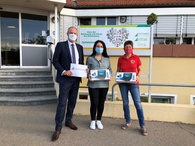 Übergabe der Tablets durch Präsident Matthias Stotz und Petra Eisenbeis-Trinkle an die Pflegedienstleiterin Matilija Freidinger.