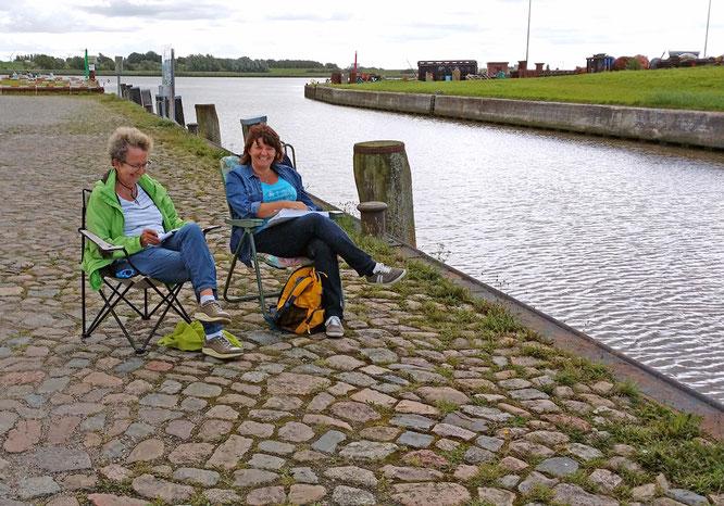 Kursteilnehmerinnen beim Skizzieren im Tönninger Hafen, Foto: Max Höppner