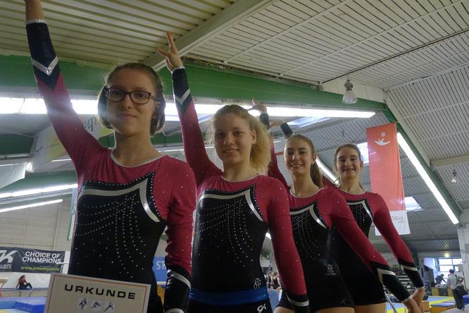 vorn/links: Sophie Schönborn, Nele Bredebusch, Lara Marek und Lena Keßler