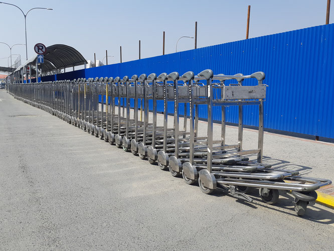 Avril 2020. Les chariots de l'aéroport de Kathmandu rangés sur le parking. Triste illustration de l'absence de touristes au Népal.