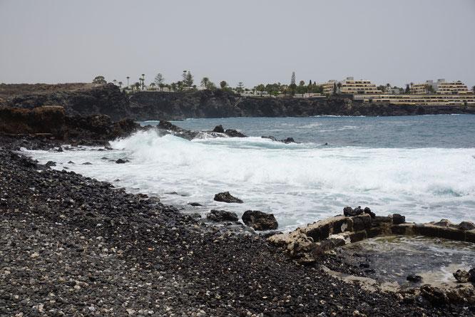 Der schwarze Strand, der so typisch in Teneriffa ist, in Las Galletas