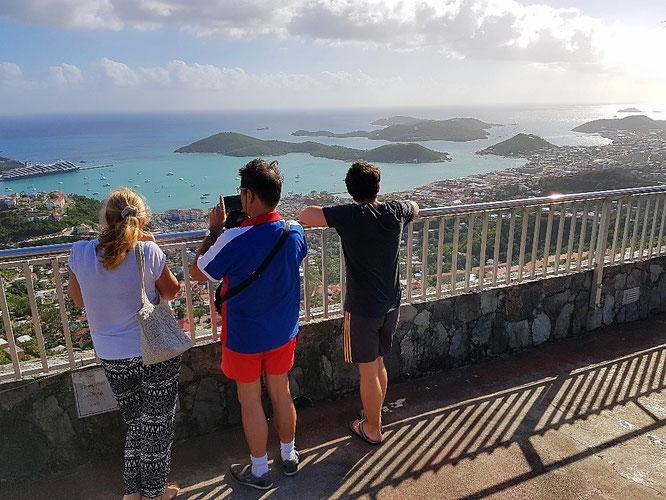 Charlotte Amalie Overlook und linker Hand ein riesiges Kreuzfahrtschiff in Havensight