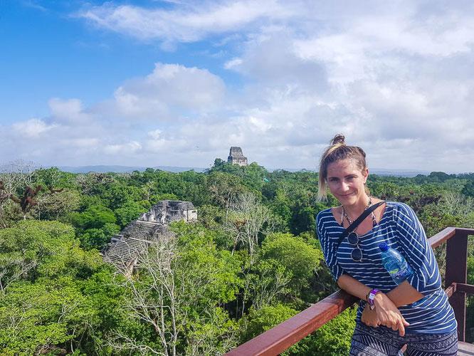 Die beeindruckenden Maya-Stätten von Tikal - ganz in der Nähe von Flores