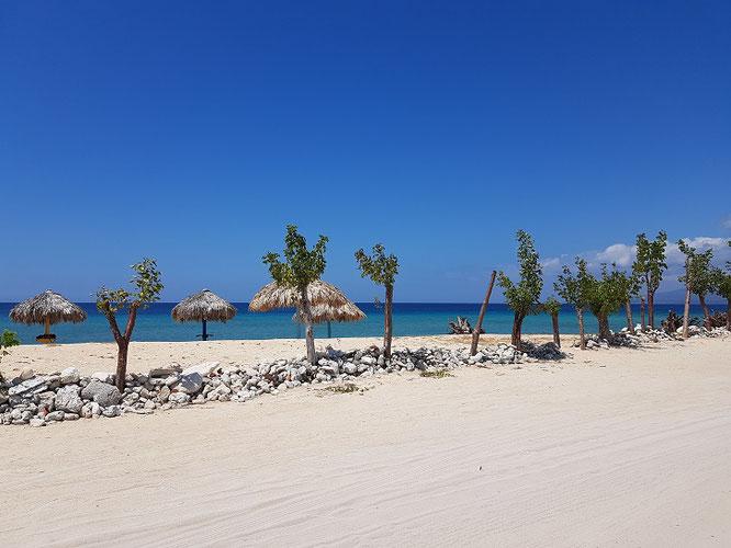 Am Playa Ancón gibt's wunderschöne Palmen und einen Puderzuckerstrand - und Restaurants, die sich nur Touristen leisten können!