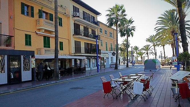 Die Haupteinkaufsstraße von Port d'Antratx