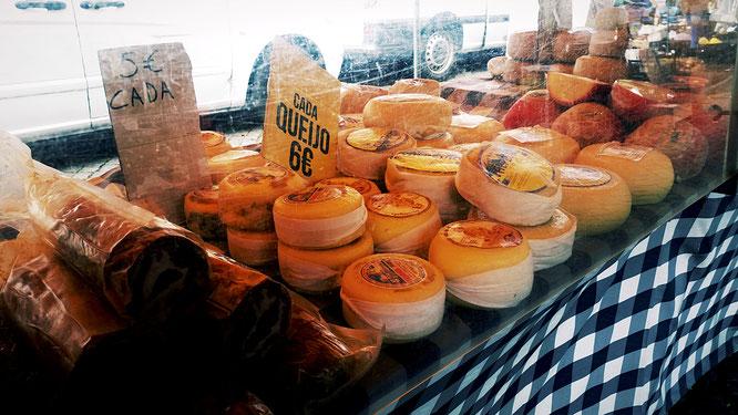 typische Käsetheke auf einem Markt in Barcelos, Nordportugal