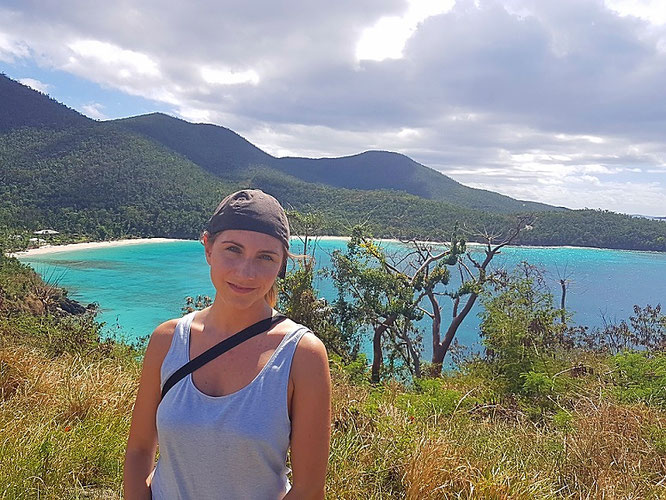 Ein glückliches Madl bei Hawksnest Beach, St. John, US Virgin Islands