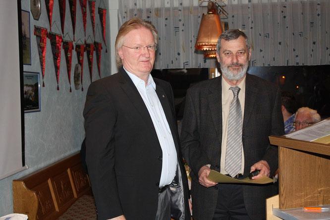 Günther Gabel wird vom Bezirksvorsitzenden Manfred Kiefer mit der Verbandsehrennadel in Silber für 40 Jahre ehrenamtliche Tätigkeit als Kassier ausgezeichnet.