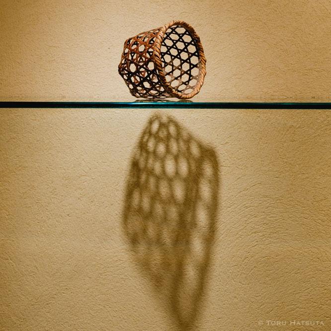 六つ目編みの小籠。野に晒された民具を意識して。竹工芸家 初田徹 作