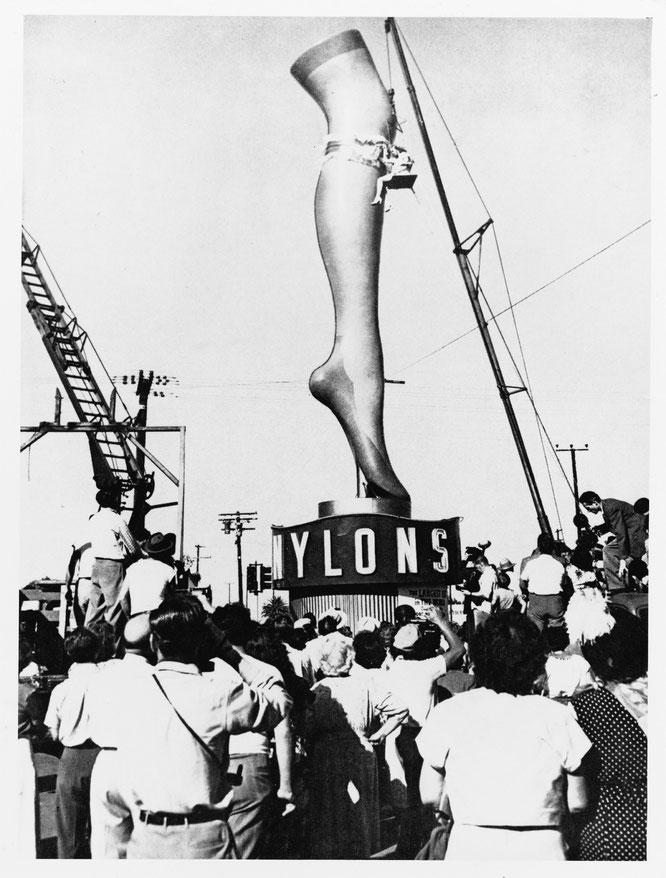 Immagine presa dal sito della DuPont. Una gamba di 10 metri che a Los Angeles pubblicizzava il nylon