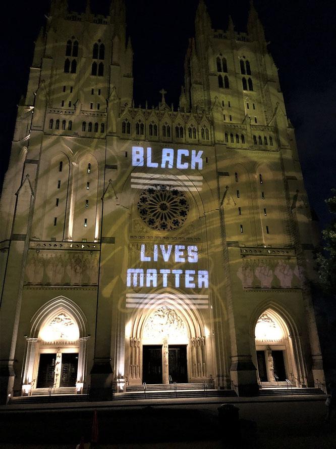 ワシントン国立大聖堂のファサードに映写された「Black Lives Matter」の文字。2020年6月10日。