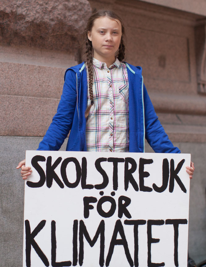 2018年8月、ストックホルムのスウェーデン議会前で行動を行うグレタ・トゥーンベリ