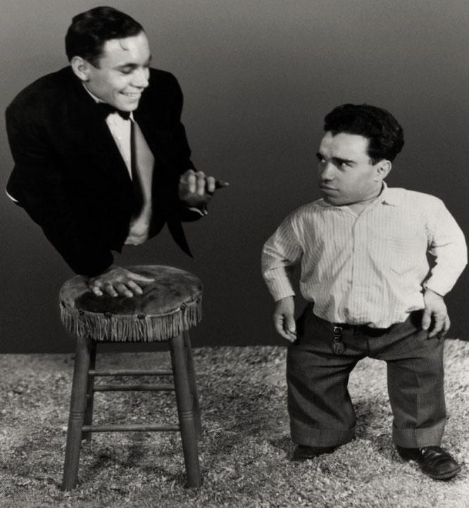 下半身のないジョニー・エックと小人俳優のアンジェロ。