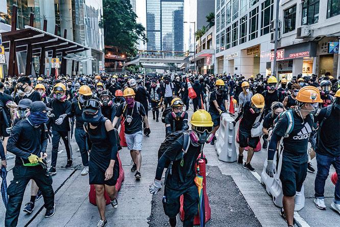 マスコミでよく見かけるガスマスクに黒ずくめの攻撃部隊は「勇武派」