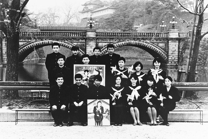 旗揚げ初期のメンバー。東京千代田区二重橋前。中央後ろに寺山修司。前列左から3番目に横尾忠則がいる。