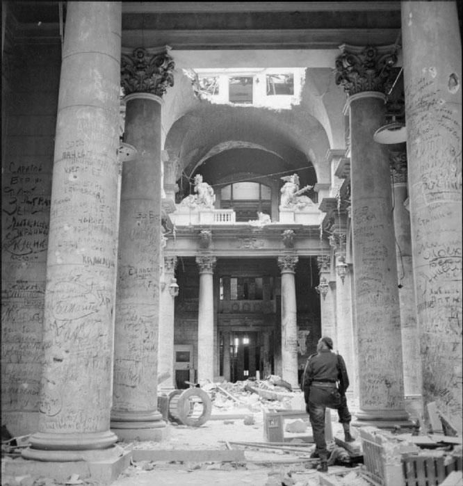ベルリンの国会議事堂に落書きするソビエト軍(1945年)。Wikipediaより。
