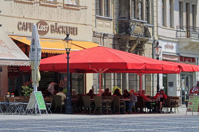 Eine Satzung regelt in Zittau die Farbe der Sonnenschirme, Größe und Standort von Werbeschildern, Gastromöbeln  und die Bepflanzung von Blumenkübeln. Foto: Mario Heinke