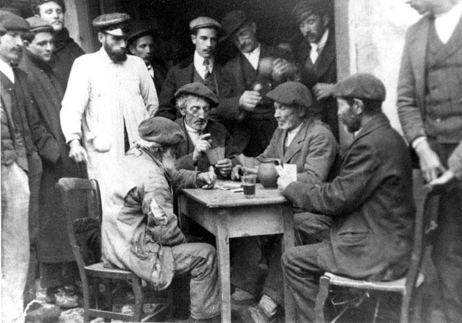 «Partida de cartas», vidrio, 140 × 90 mm, Piloña (Asturias), c. 1915