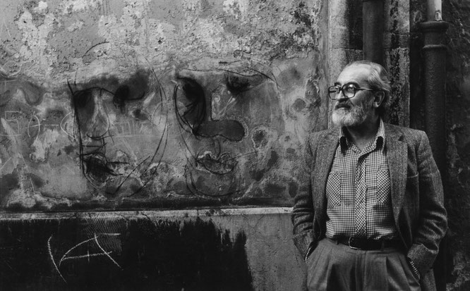 Ángel González en Oviedo, 1985. Fotografía de Pepe García. © Luna de Abajo