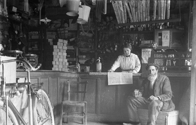 «Interior del comercio de Casa Martino, con el sidrero Ramón de Armonga», vidrio, 150 × 100 mm, Piloña (Asturias), 1914