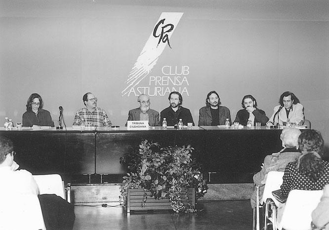 Acto del homenaje a Ángel González en Oviedo, 1997. De izquierda a derecha: Noelí Puente, Alberto Vega, Ángel González, Ricardo Labra, Miguel Munárriz, Helios Pandiella y Fernando Beltrán