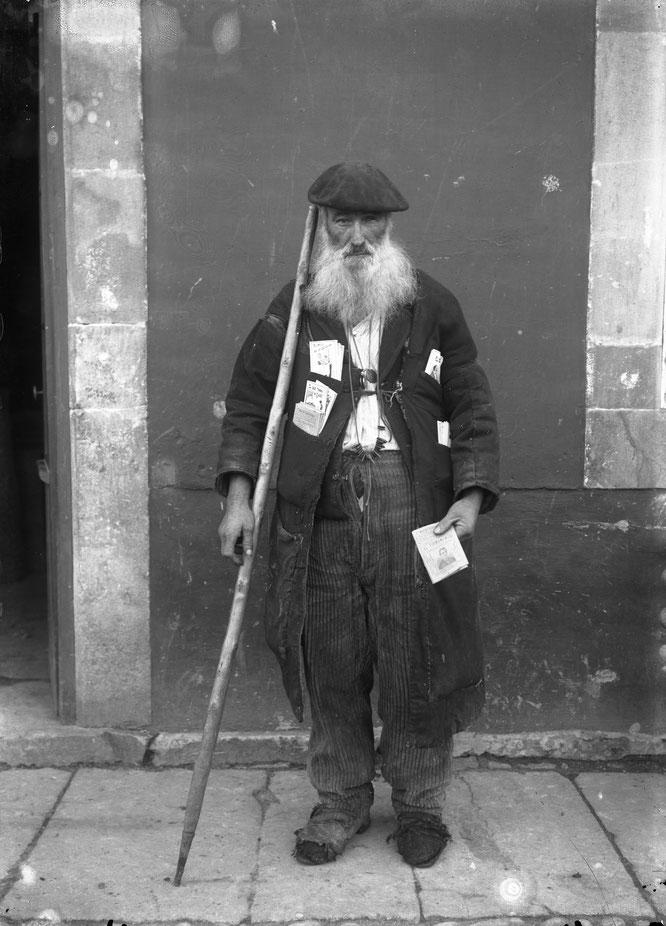 Modesto Montoto, «Retrato de un vendedor de coplas ambulante: Pericón de los Repertorios», vidrio, 130 × 180 mm, Piloña (Asturias), c. 1915. © Muséu del Pueblu d'Asturies. Ayuntamiento de Gijón