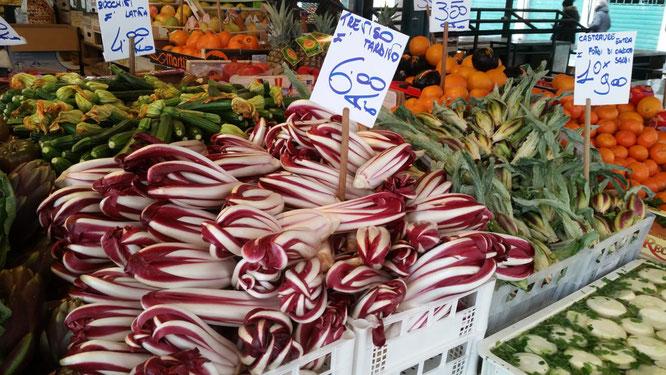 Frisches Obst und Gemüse an Marktstand auf dem Rialtomarkt in Venedig