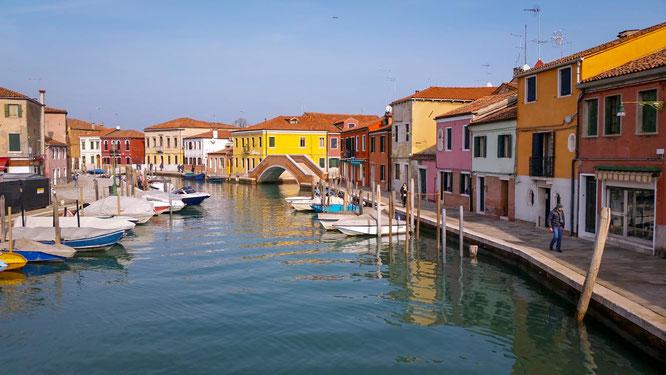 Bunte Häuser, Brücken und Boote im Wasser am Meer in Burano bei Venedig