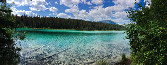 Türkises Wasser in einem See im Valley of the Five Lakes im Jasper Nationalpark in Kanada