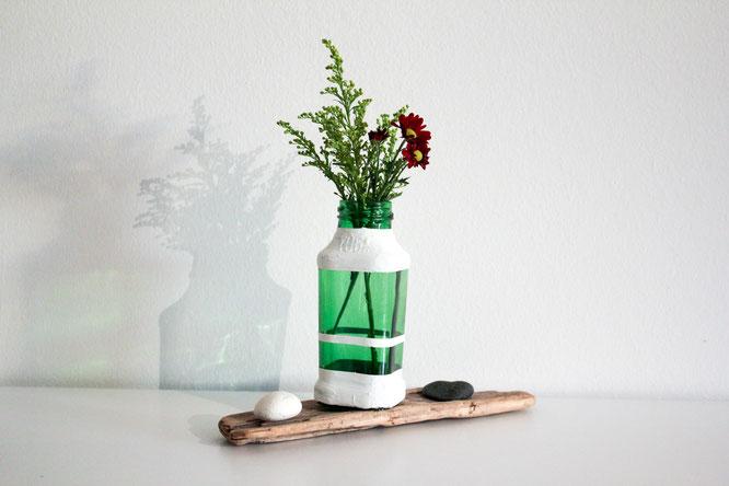 Bemalte DIY Vase aus alten Flaschen