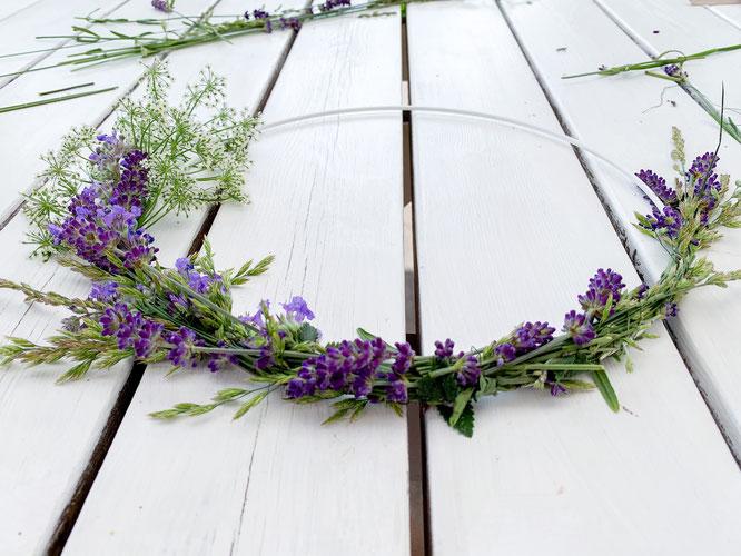 Anleitung Wildblumen-Kranz aus Lavendel und Gräser