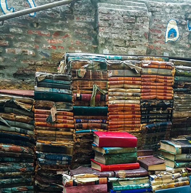 Brücke aus vielen Büchern im Buchladen Liberia Acqua Alta in Venedig
