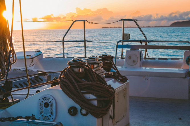 Deck von Segelboot in Estland auf dem Meer bei Sonnenuntergang