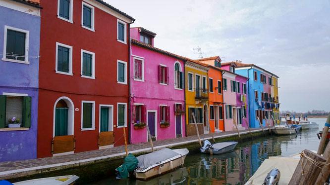 Bunte Häuser am Meer in Burano bei Venedig