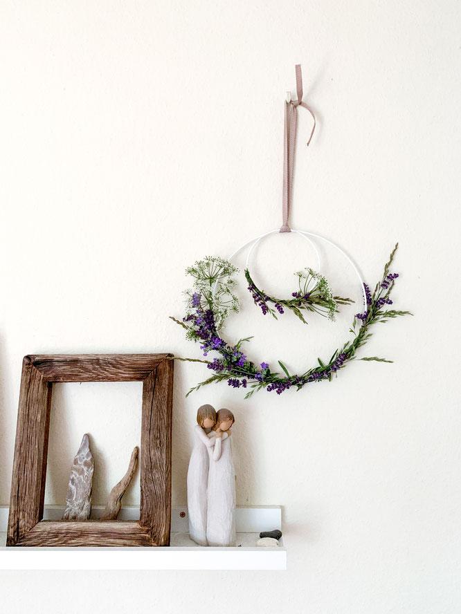 Fertiger Wildblumen-Kranz aus Lavendel und Gräser
