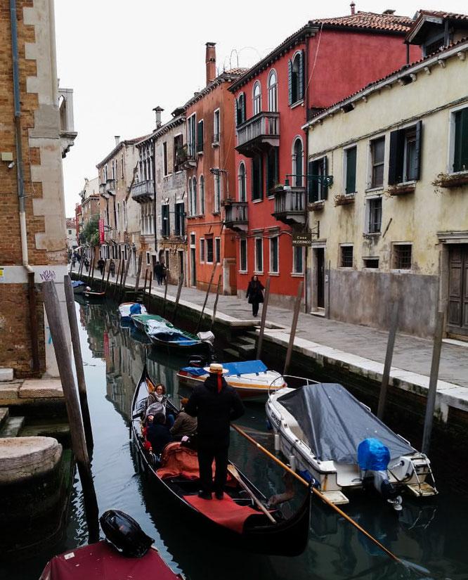 Bunte Häuser und Gondeln auf einem Kanal in Venedig