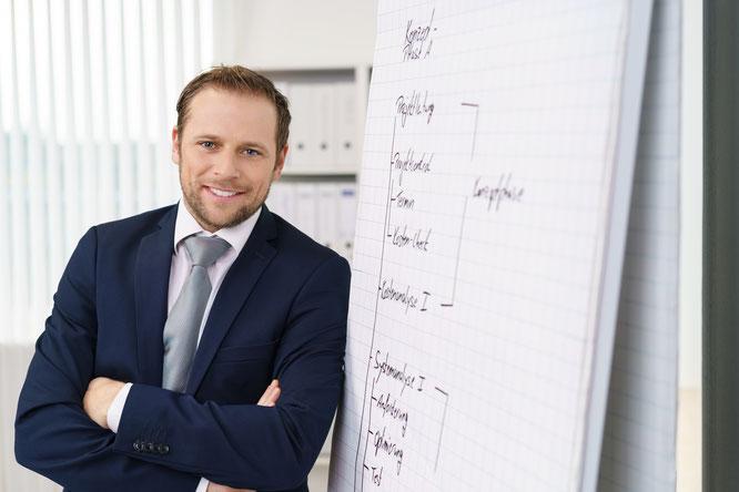 Mann, Flipchart, Führungskraft, Unternehmen, Inhouse, Ausbildung, Weiterbildung, Coach, Coaching, Kompetenz, Coaching-Kompetenz, Mitarbeiterveranstwortung, Präsentieren, leiten, Mitarbeiter, Team